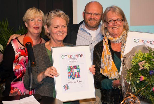 Elsa Snijder Rechts en Ankie van Huizen Links met twee bestuursleden van de atelierroute Almelo